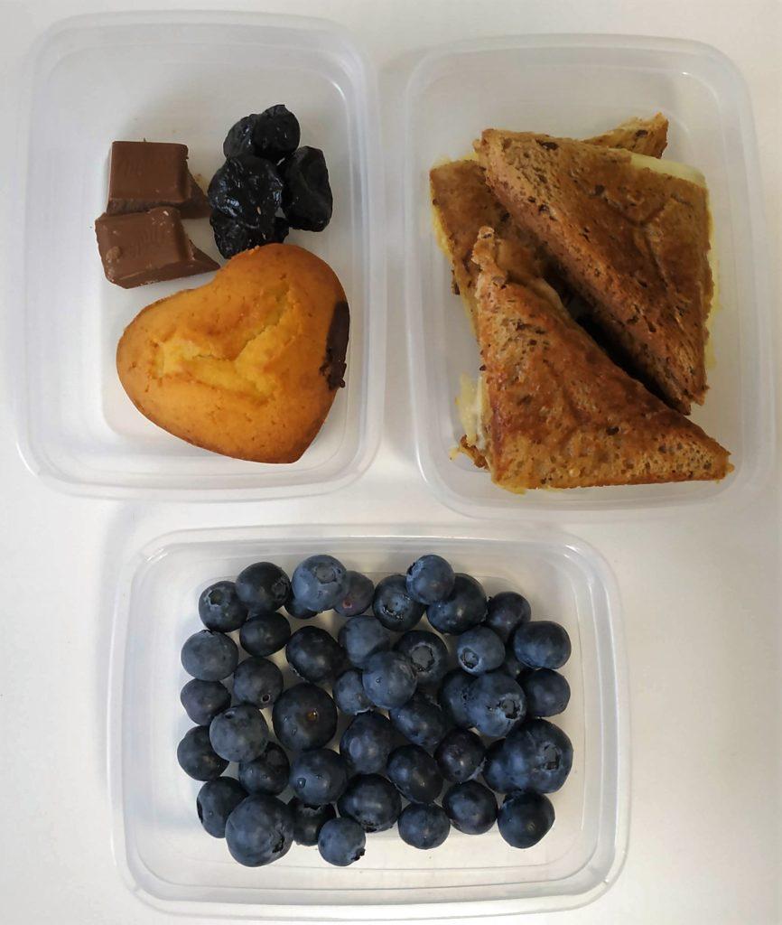 zdravá desiata, desiata na doma, olovrant do školy, olovrant zdravy pre deti, ako ozdobit jedlo pre deti, čučoriedky, muffin